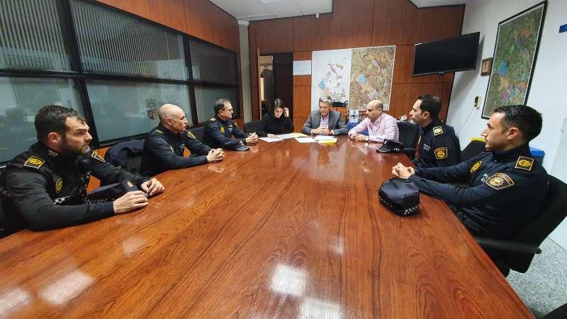 Miembros de la Policía Local con el alcalde de La Pobla de Vallbona. / EPDA