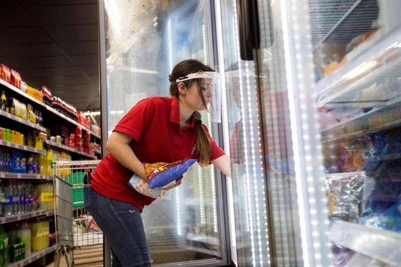 Una reponedora trabaja en un supermercado. EFE/Toni Galán/Archivo