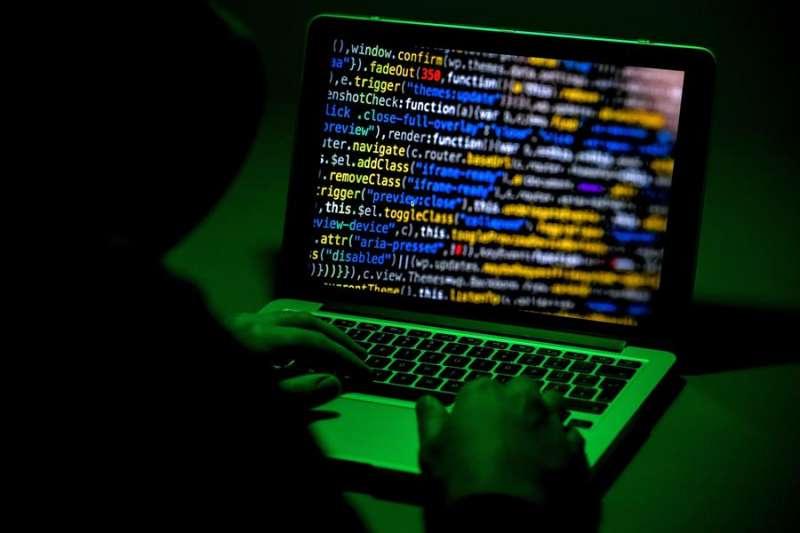 Imagen de archivo de una persona utilizando un ordenador portátil durante un ataque informático. EFE