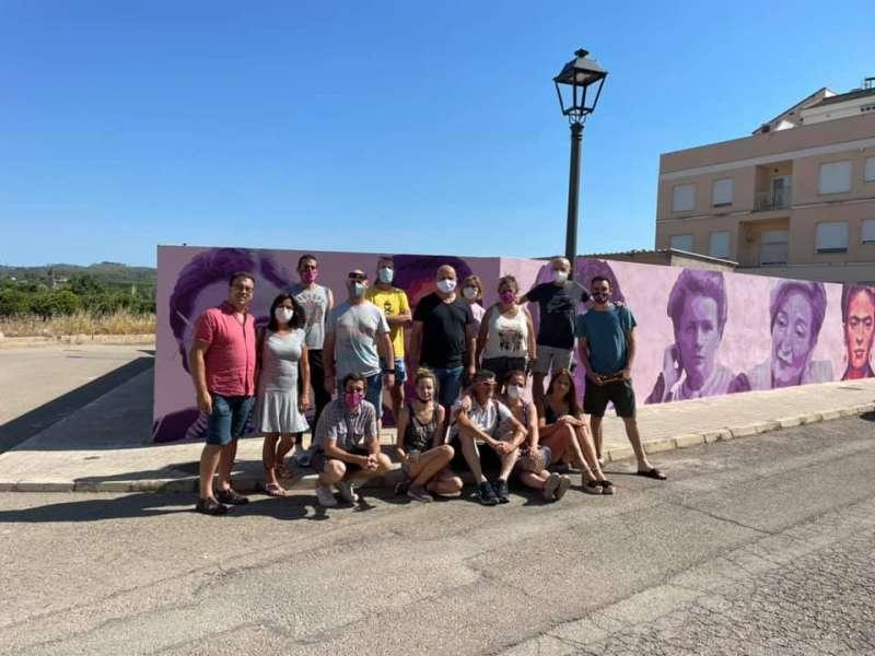 Artistas y autoridades junto al mural