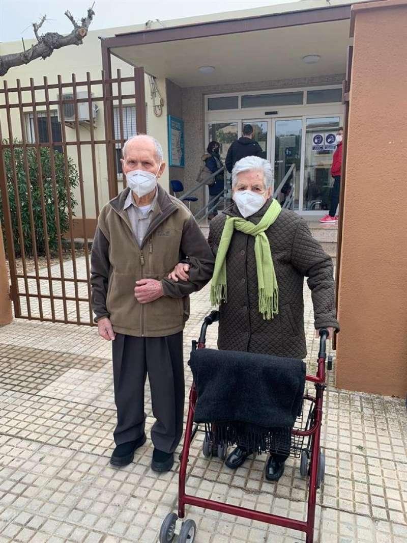 Raimundo Escuder, de 101 años, y Ángeles Artiga, de 98, salen del centro de salud tras vacunarse contra la Covid
