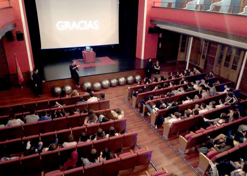 El teatro Serrano acogió la ponencia. Foto:M.Martín