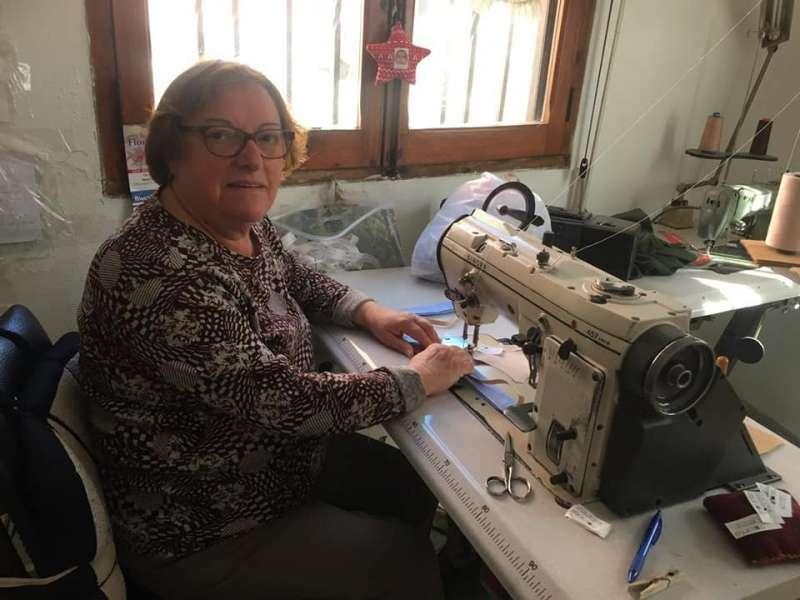 Una mujer ayuda cosiendo mascarillas. EPDA