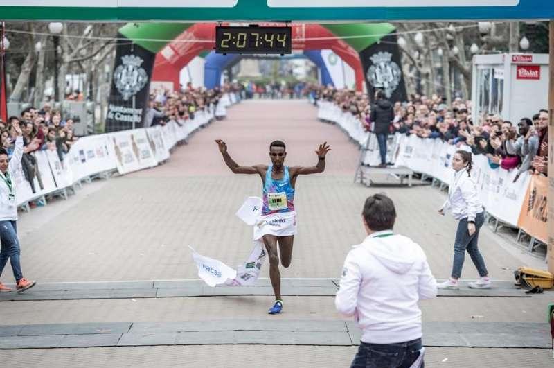 El etíope Lemi Dumecha entra en meta para imponerse en el maratón BP de castellón, en una imagen facilitada por la organización de la carrera. EFE