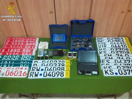 Documentación, material informático, garantías de pólizas de seguro falsificadas, placas matricula provisionales nacionales y alemanas incautados. FOTO: GC