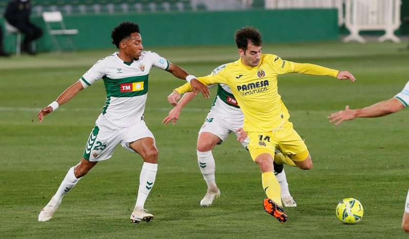 El centrocampista del Villarreal Manuel Trigueros (d) intenta un lanzamiento ante el defensa colombiano del Elche Johan Mojica. EFE / Ramón/Archivo