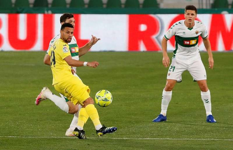 El centrocampista francés del Villarreal Francis Coquelin (primer término) controla ante Lucas Boyé y Carrillo, del Elche, poco antes de caer lesionado. EFE / Ramón
