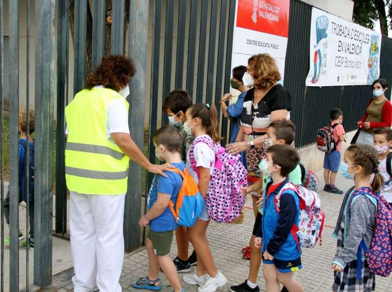 Estudiantes entrando a un colegio