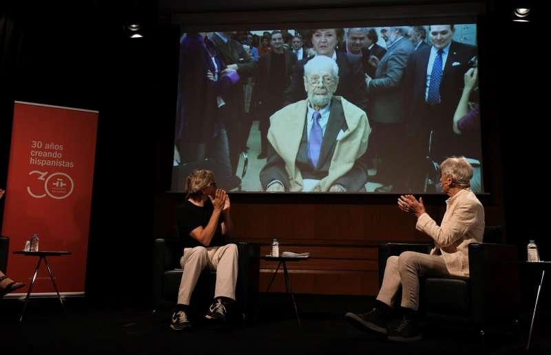 Momentos previos al acto de apertura de la Caja de las Letras del cineasta Luis García Berlanga guardada en el Instituto Cervantes.