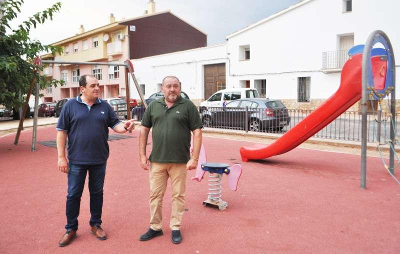El alcalde, Vicente Pallarés, y el primer teniente de alcalde, Julián Tormer, visitan el parque de la plaza Ripollés/EPDA