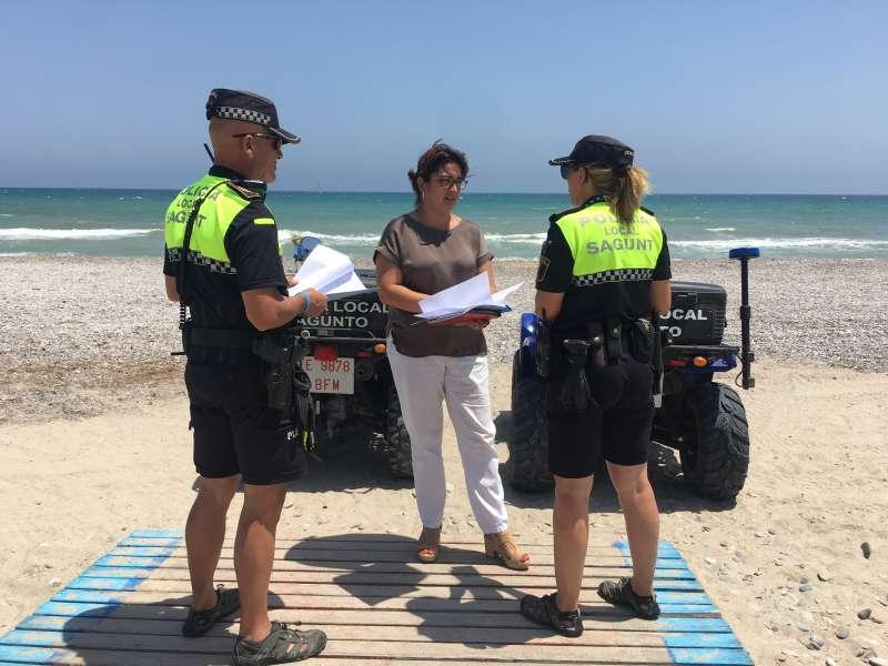 Agentes de la Policía Local de Playas con la concejala del área. EPDA