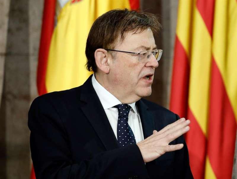 El presidente de la Generalitat, Ximo Puig, respondiendo a los periodistas sobre las subvenciones públicas que recibieron las empresas de su hermano. EFE