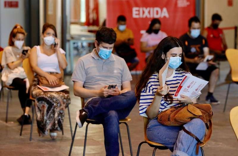 Varios jóvenes esperando, este verano, en el Auditori de Castelló, su turno para recibir la primera dosis de la vacuna contra el coronavirus.