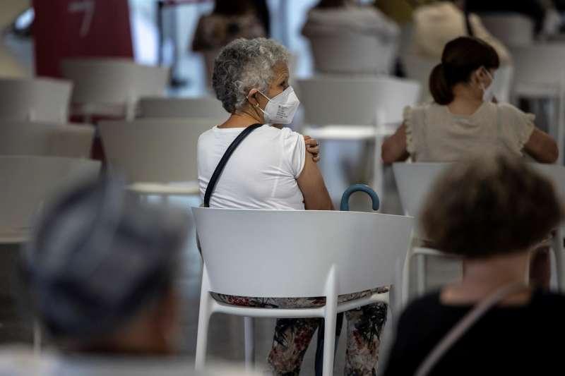 Imagen de archivo de una persona tras recibir la segunda dosis de la vacuna contra la covid-19 en València.