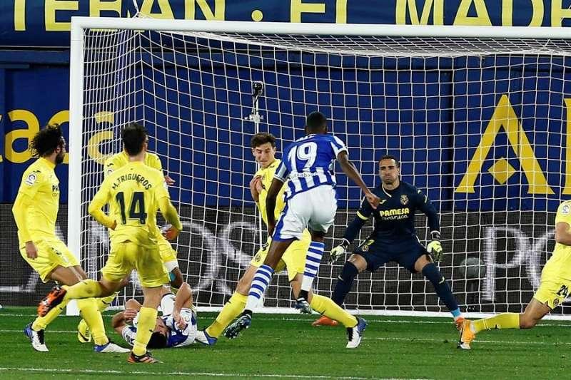 El delantero de la Real Sociedad Alexander Isak (2-d) marca el gol del empate ante el Villarreal, durante el partido de Liga en Primera División disputado esa noche en el estadio de la Cerámica. EFE/Domenech Castelló