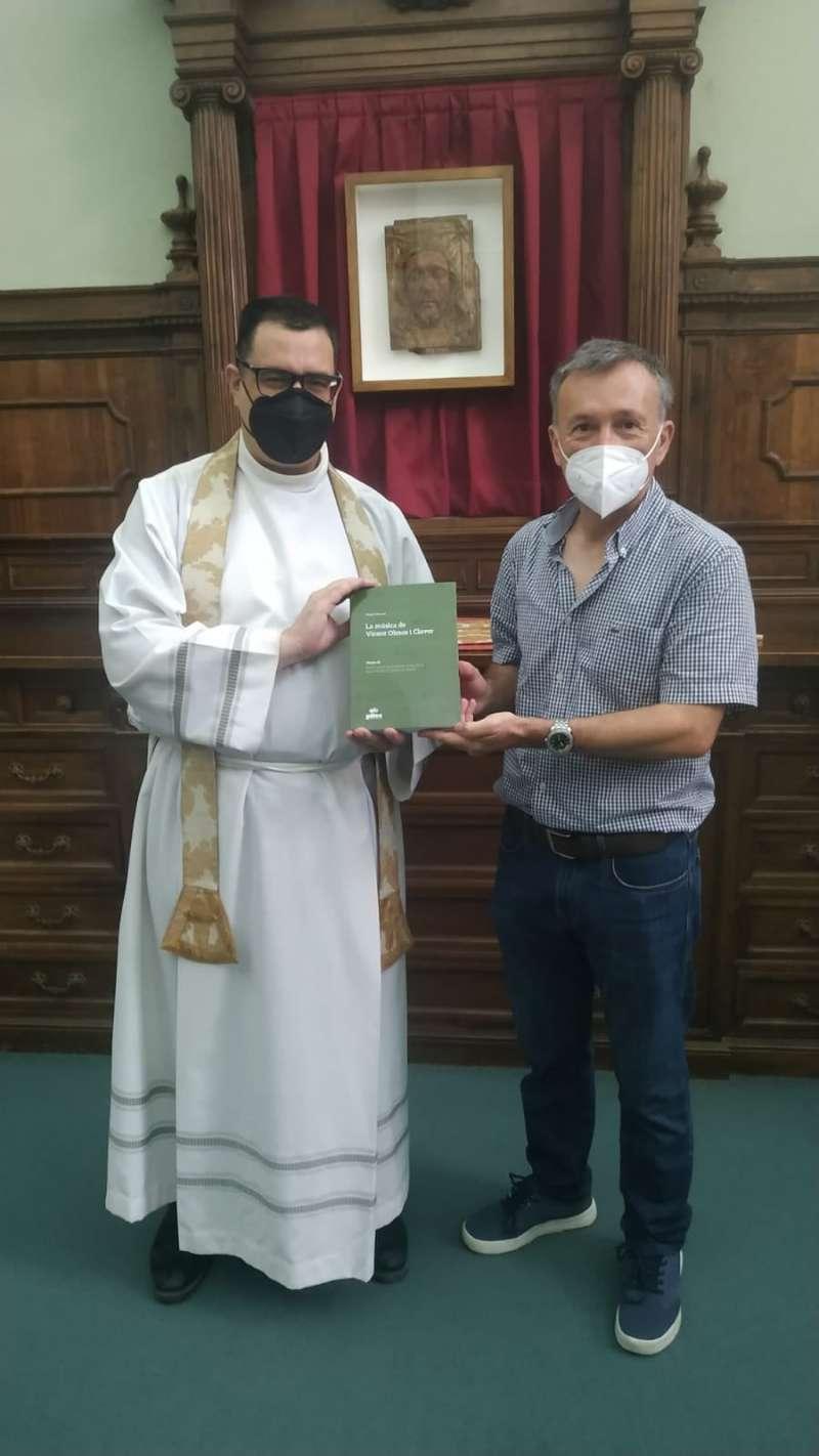 El autor entrega un libro al archivero