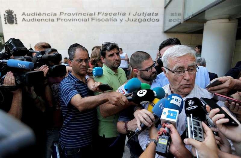 Imagen del 25 de junio de 2018, en la que se ve al alcalde de València, Joan Ribó, atendiendo a los medios de comunicación a las puertas de la Ciudad de la Justici. EFE/Manuel Bruque
