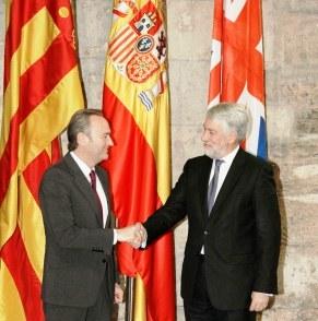 El President de la Generalitat, Alberto Fabra con el embajador Británico en España, Timothy Giles Paxman. Foto EPDA