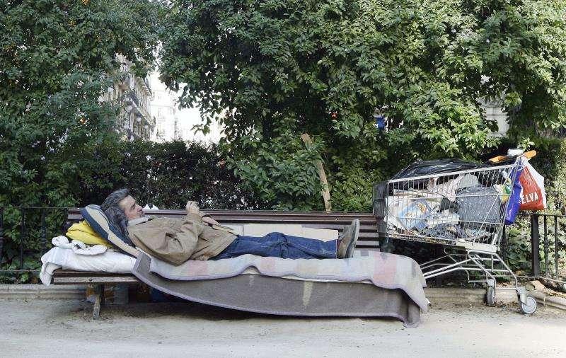Un hombre sin hogar en un parque de la ciudad de València. EFE/Archivo