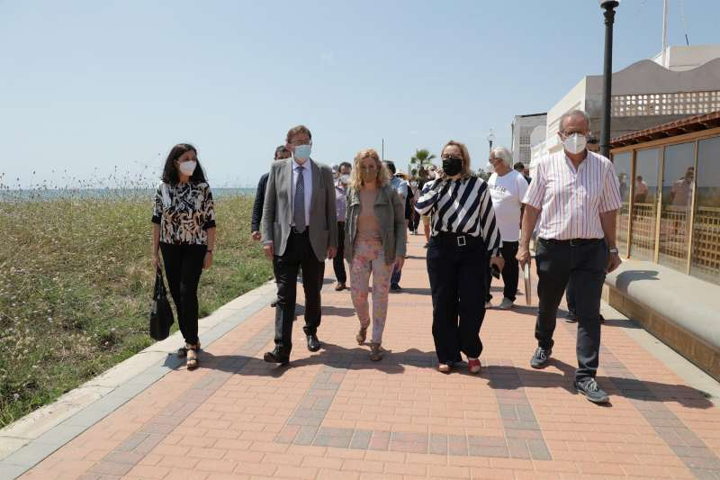 El president Ximo Puig durante su visita hoy al poblado de Torre la Sal. Imagen cedida por la Generalitat. EFE