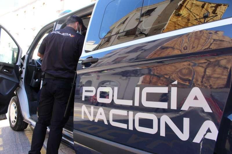 Un agente junto a un vehículo policial. EFE/Cuerpo Nacional de Policía. EFE