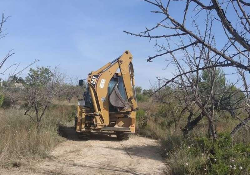 Una máquina excavadora en el paraje de Godella. EPDA