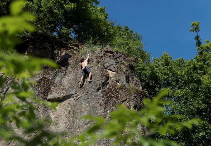 Imagen de archivo de un escalador asciende una pared de roca. Archivo/EFE
