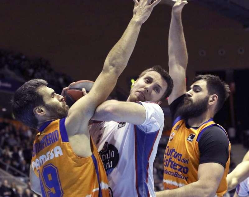 Vladimir Brodziansky (c), intenta superar a Fernando San Emeterio (i) y el montenegrino Bojan Dublejevic, d. EFE / Xoán Rey.