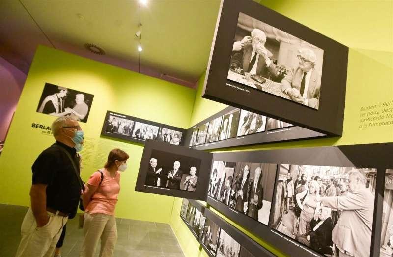 Foto cedida por el Ayuntamiento de València sobre la visita de Joan Ribó a la exposición de Berlanga en el Muvim.