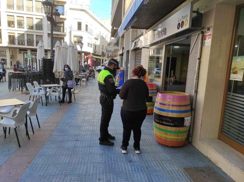 Foto Policia parlant amb una veïna a Sueca
