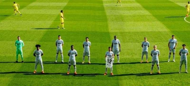 El Valencia posa antes del partido ante el Villarreal con un camiseta en homenaje a Bernardo España