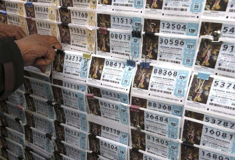 Décimos para la Lotería de Navidad a la venta hoy en un puesto de Madrid.