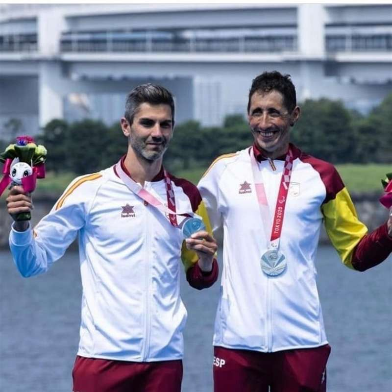 Héctor Catalá (izq), medalla de plata en los Juegos Paralímpicos de Tokio, en una imagen compartida en redes por el paratriatleta.