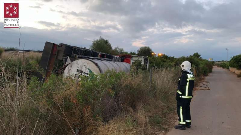 Imagen del Consorcio Provincial de Bomberos de Castellón del camión cisterna accidentado esta madrugada en la AP-7 a la altura de Cabanes. EFE