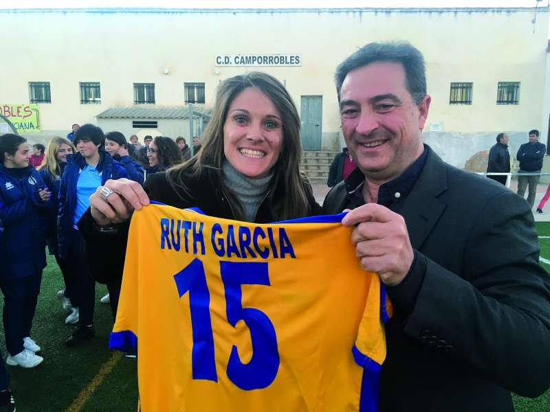 Ruth García junto al presidente de la FFCV, Salva Gomar, en el bautismo del polideportivo de Camporrobles que lleva desde 2009 el nombre de la camporruteña. / EPDA