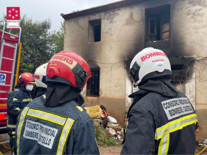 Bomberos apagan incendio en Cabanes (Castelló)