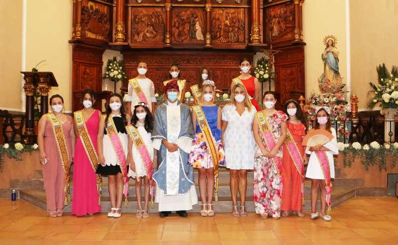 La alcaldesa, la reina de las fiestas y las damas de honor tras la misa celebrada en homenaje a la patrona de Vall d?Alba, la Inmaculada Concepción/EPDA