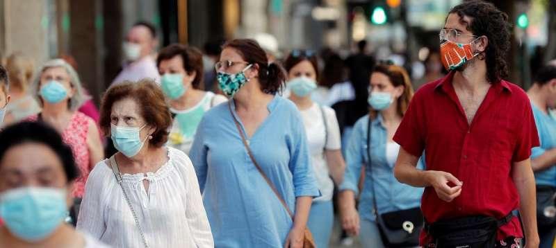 Gente paseando con mascarillas./PDA