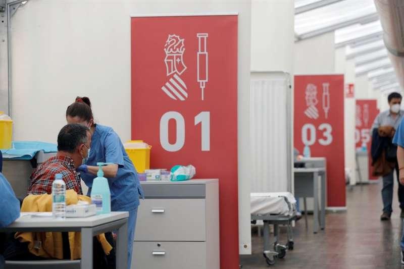 Vacunación con AstraZeneca a docentes en el hospital de campaña de La Fe de Valencia