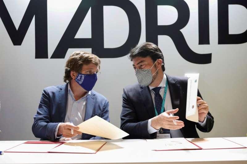 Los alcaldes de Madrid, José Luis Martínez-Almeida (i), y de Alicante, Luis Barcala, firman un acuerdo para la promoción turística en la Feria Internacional de Turismo Fitur que se celebra en los recintos feriales IFEMA de la capital.