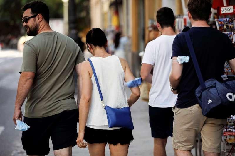 Varias personas sin mascarilla por el centro de Valencia . EFE/Ana Escobar/Archivo