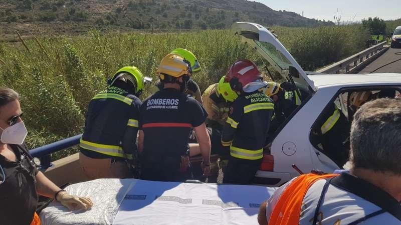 Rescate de bomberos en una imagen de archivo. / EPDA