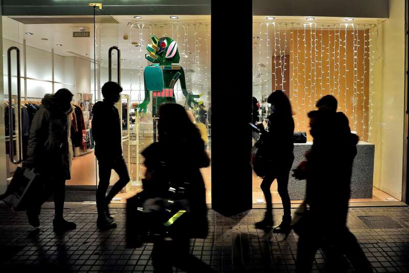 Imagen de archivo de varias personas pasean por la céntrica calle Colón de Valencia. EFE