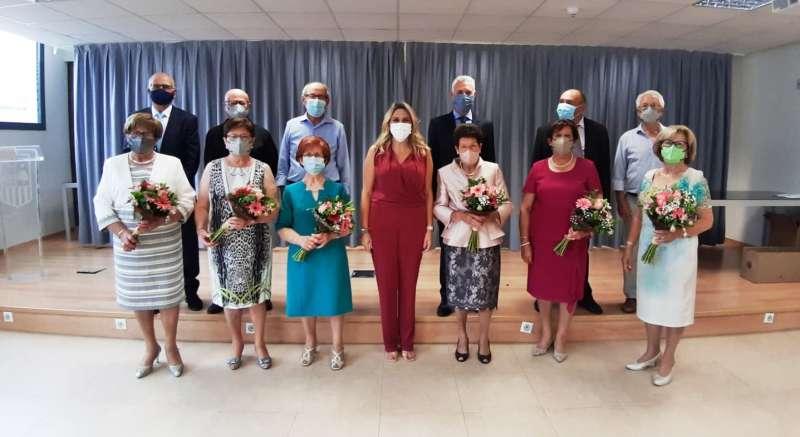 La alcaldesa Marta Barrachina con las parejas homenajeadas después de la ceremonia religiosa/EPDA