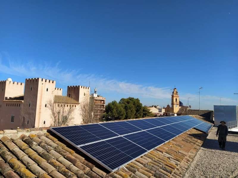 Paneles fotovoltaicos ubicadas en la terraza de uno de los edificios municipales de Albalat dels Sorells