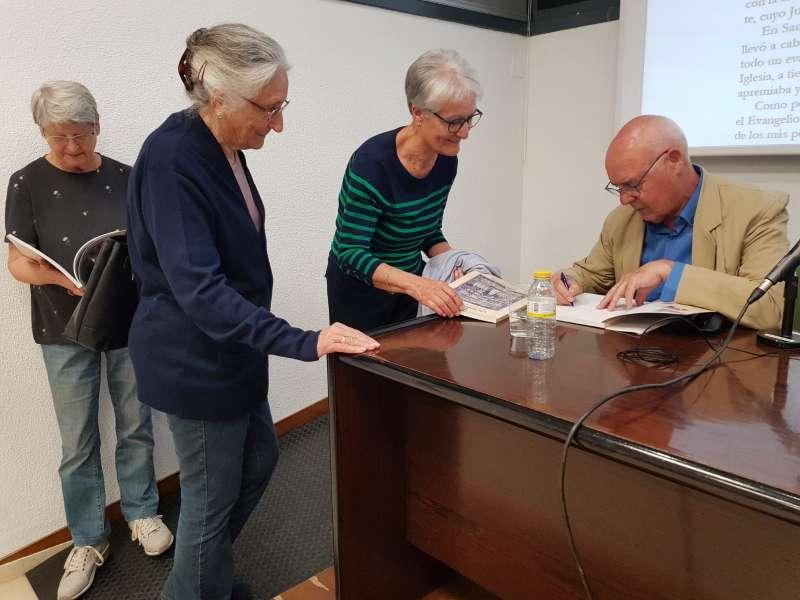 Baltasar Bueno firmando ejemplares de su libro. FOTO LUIS TIMÓN