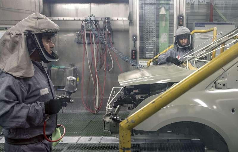 Trabajadores de la planta de pintura de Ford en Almussafes, revisan una carrocería