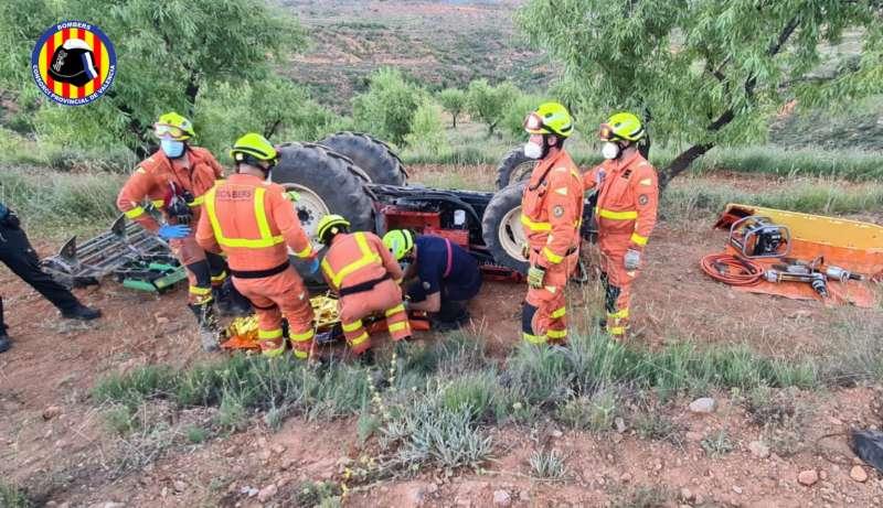 Imagen del tractor volcado. Consorcio Provincial de Bomberos de Valencia.