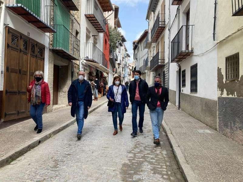 Foto cedida por el Partido Popular de la visita de Isabel Boning (c) a Morella.