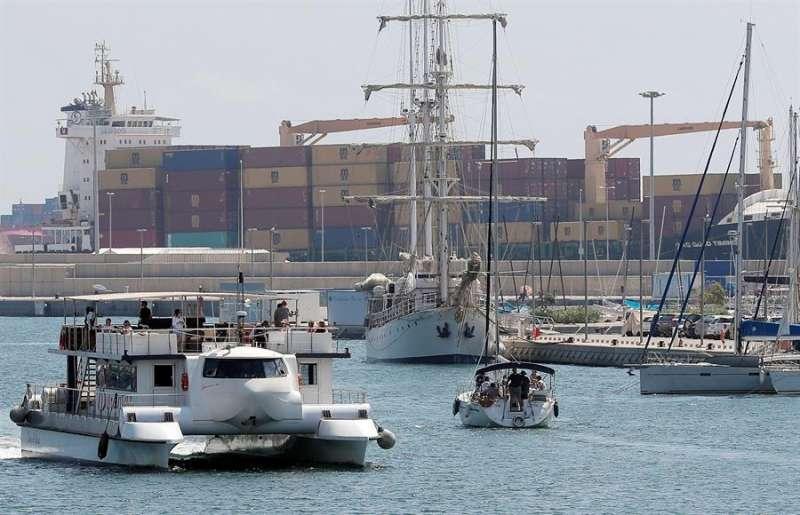 Vista general de un carguero de contenedores de 148 metros de eslora fondeado en el puerto de València. EFE